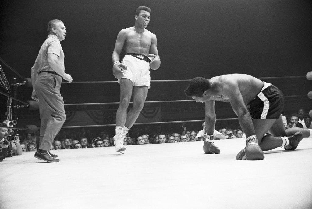 Las Vegas, 22 novembre 1965. Match contro Floyd Patterson che scivola durante il secondo round. Bettmnann/Getty Images