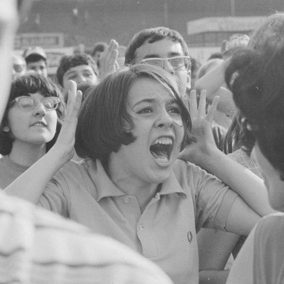 Il pubblico in delirio al concerto dei Beatles al Vigorelli di Milano, 24 giugno 1965 – Archivio Publifoto Intesa Sanpaolo